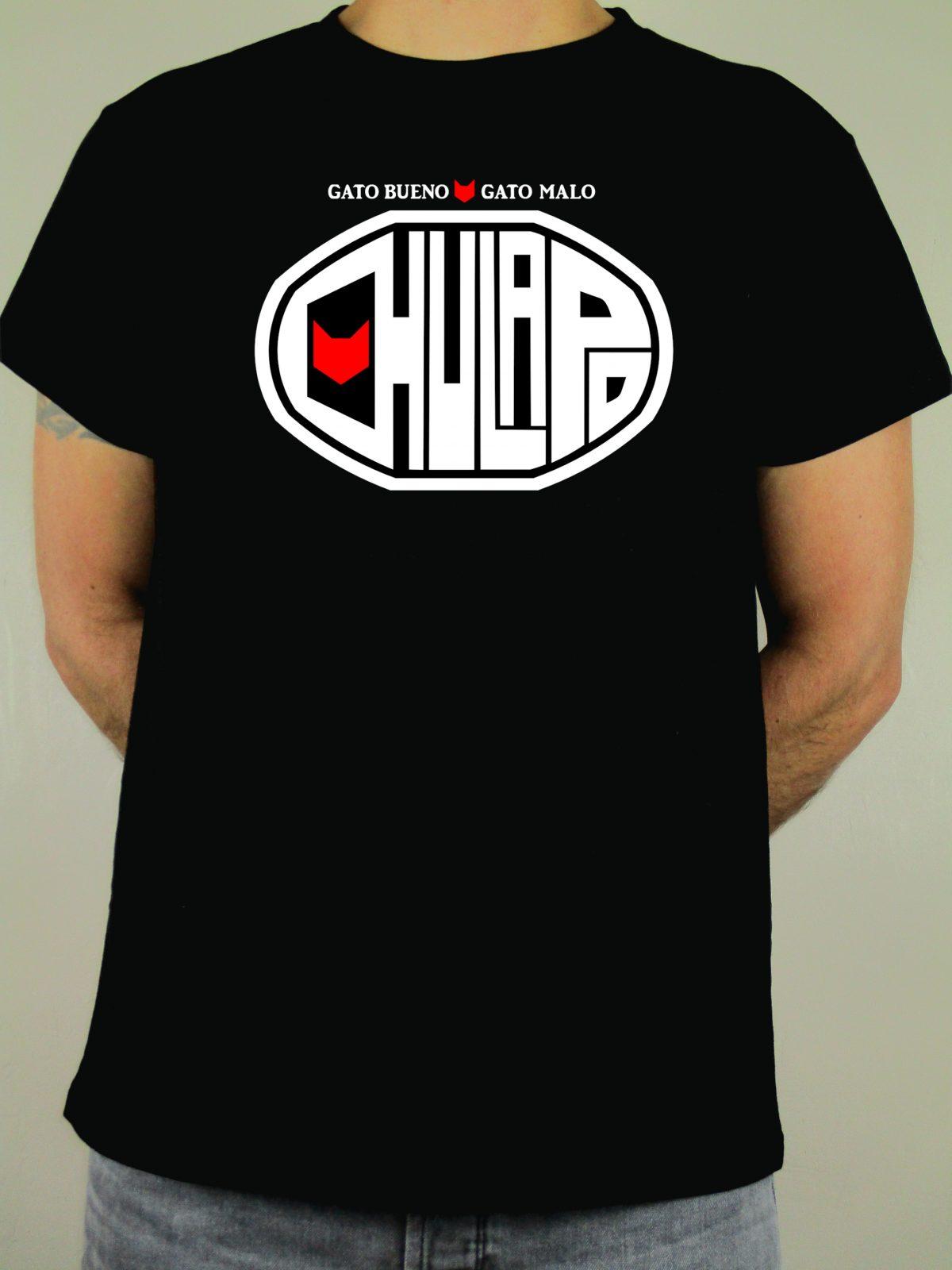 Camiseta negra Chulapo. Una marca creada para todos aquellos que llevan y sienten Madrid en el corazón. El complemento perfecto para el buen madrileño.