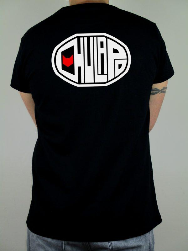 Logotipo de la marca Chulapo en la espalda. Una camiseta diseñada para sentirse cómodo, guapo y mediante la que transmitir ese sentimiento madrileño. Camisetas hechas en España y de la mejor calidad. Impresión digital y algodón 100% . Para madrileños de corazón.