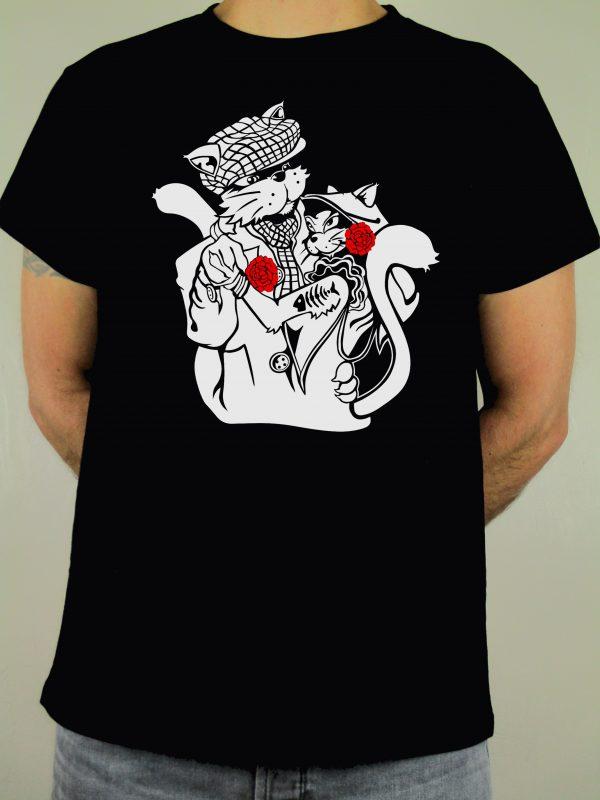 Camiseta negra hecha en España para amantes de Madrid. Dos gatos chulapos bailando un chotis. Con sus claveles y su parpusa. Algodón 100% de calidad. Chulapo, puro sentimiento. Las mejores camisetas españolas.