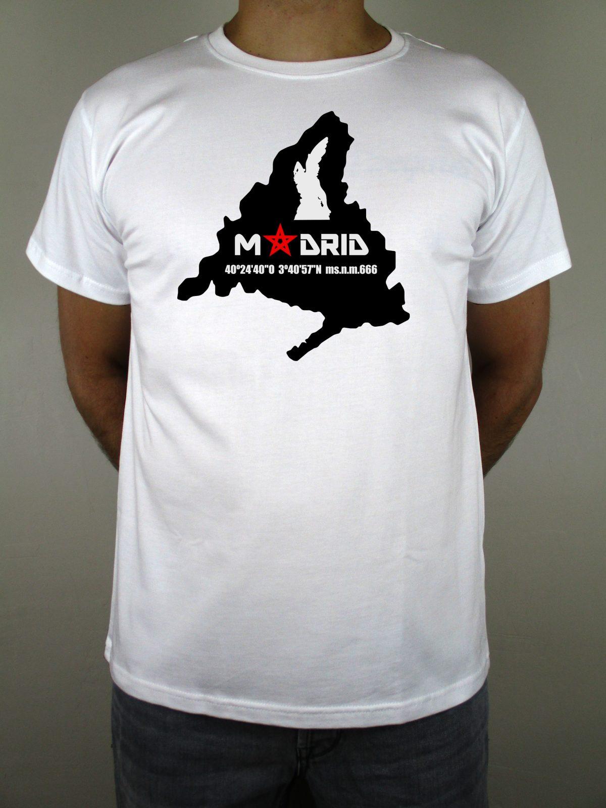 Camiseta blanca Chulapo con diseño de la Comunidad y del ángel caído que encontramos en el Parque del Retiro. Una camiseta original con las coordenadas de la escultura. De impresión digital y algodón de calidad. Inmejorable.